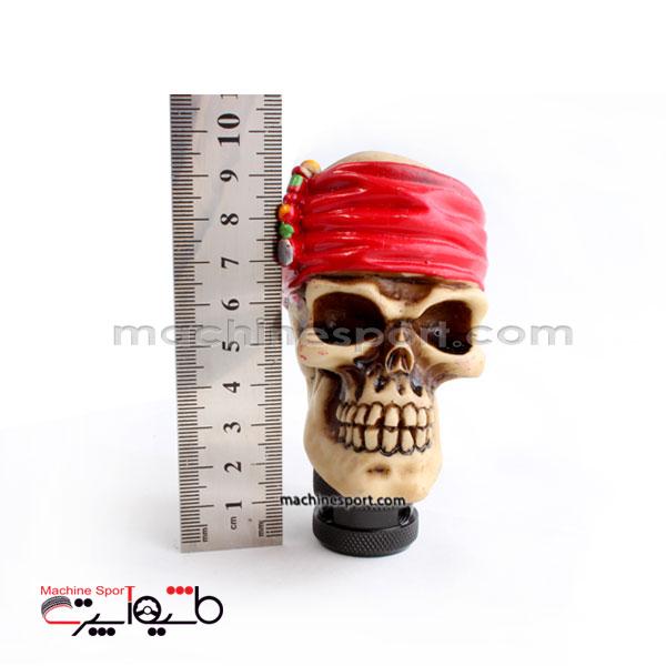 سردنده کله اسکلت با دستمال سر قرمز